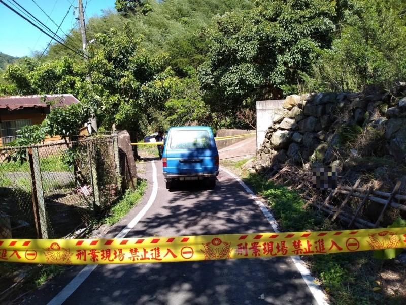 盜木者駕駛的廂型車停放在現場,警方已進行封鎖。(記者許倬勛翻攝)