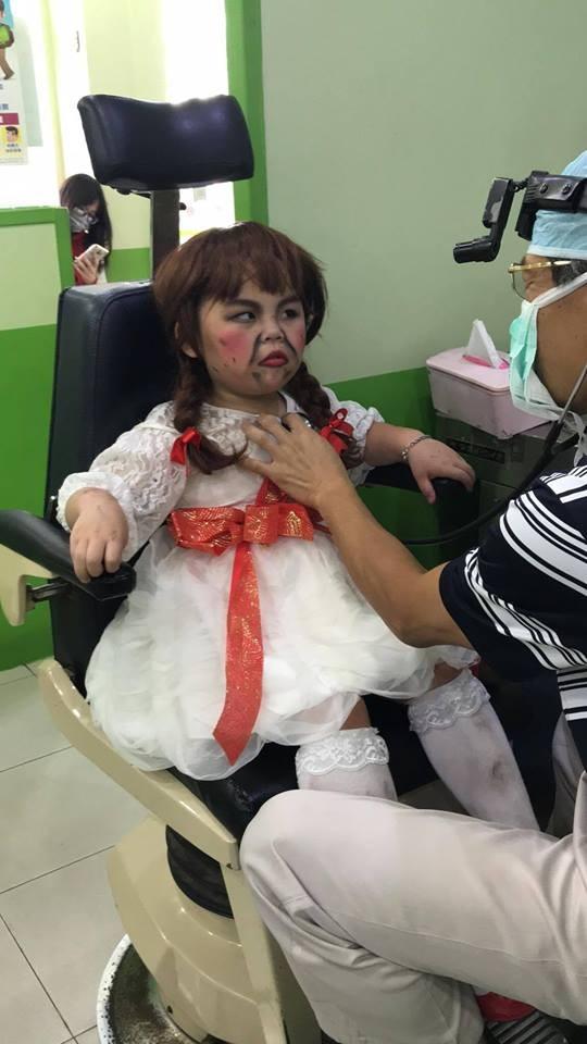 「盛裝打扮」的小男孩乖乖坐在椅子上,讓醫師看診。(圖翻攝自「爆料公社」臉書粉專)