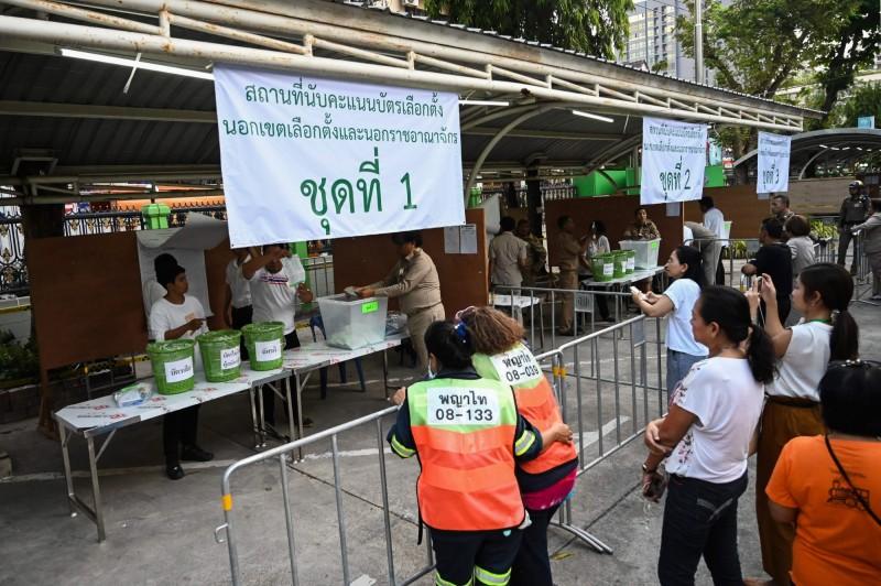 泰國國會大選已在當地時間下午5時結束(台灣時間晚間6時)投票,目前正在陸續開票。(法新社)