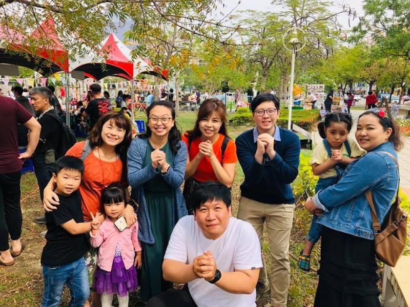 王浩宇說,南下高雄從高鐵到活動地點,被超過10組民眾要求拍照。(擷取自王浩宇臉書)