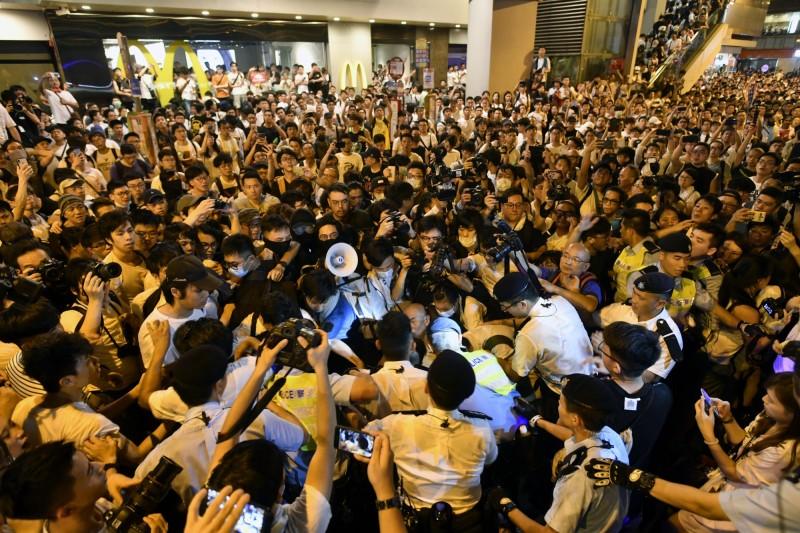 香港反送中大遊行,吸引超過100萬民眾上街抗議惡法,更爆發警民衝突。(歐新社)