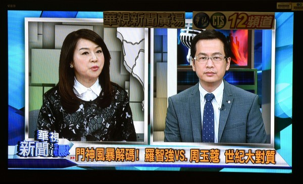 資深媒體人周玉蔻(左)在電視節目現場公佈羅智強(右)到魏家祖厝拜年的錄音,晚間再把該錄音貼上臉書,羅智強在當中明確表示「總統請我來代表他」。(記者王敏為攝)