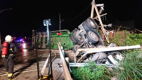 台2線92.7公里處(新北市貢寮路段)清晨發生化學槽車自撞電線桿翻覆事故。(民眾提供)