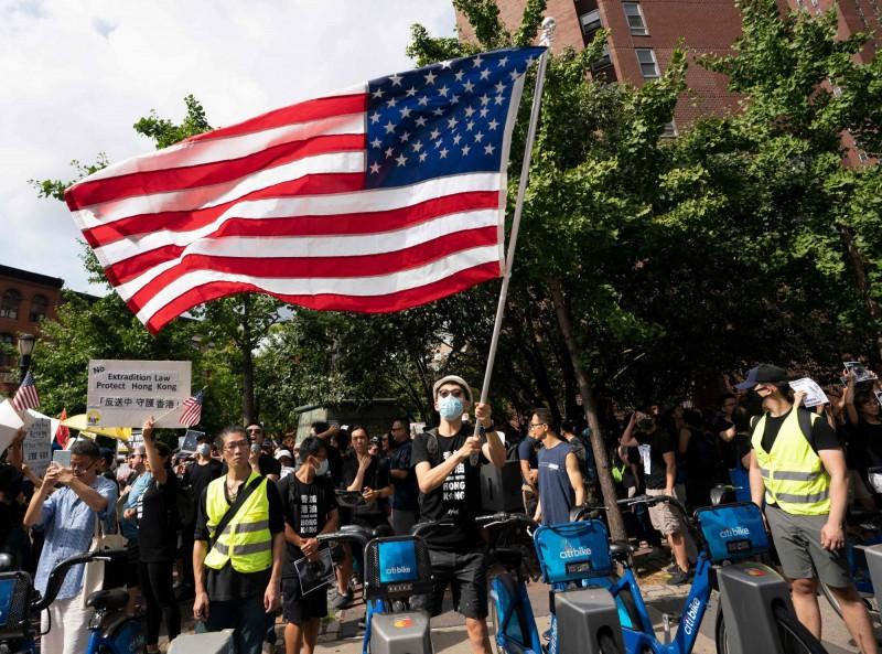 挺香港市反送中示威抗争,全球逾30城市大串联,图为昨日纽约。 (法新社)