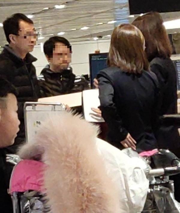 中國穆姓女旅客和新加坡籍的先生先行入境,行李在後續班機送來後,海關檢查發現有異,攜帶豬肉製品。(記者姚介修攝)