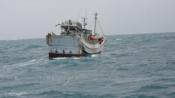 涉嫌走私693公斤海洛英磚的「永富升」號漁船。(記者黃建華翻攝)