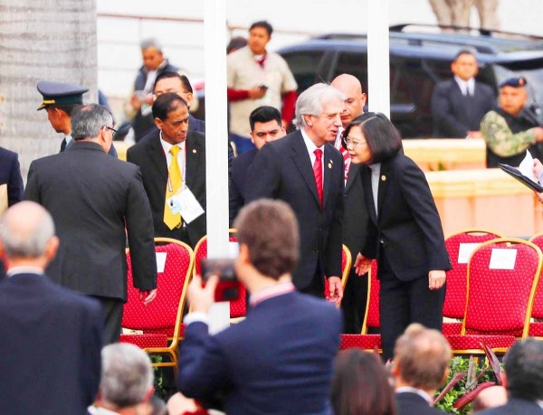 President Tsai Ing-wen, right, and Uruguayan President Tabare Vazquez exchange words during an inauguration ceremony in Asuncion, Paraguay on Aug. 15. Photo: CNA