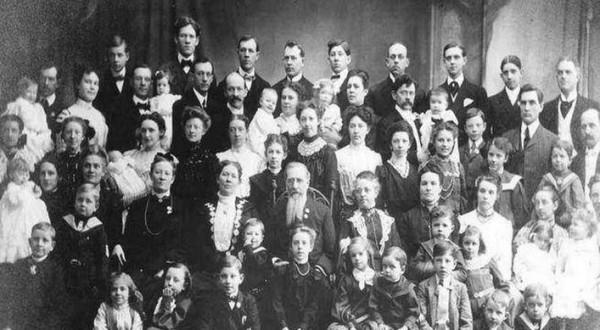 金氏世界紀錄上,一位俄國婦人一生竟產下69個孩子。附註︰因年代久遠無法考證是否為其家族之照片。(圖擷取自網路)