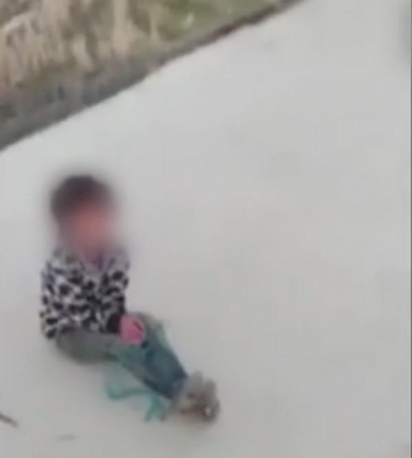 男童被圍毆之後,還被綑綁手腳。(圖擷自影片)