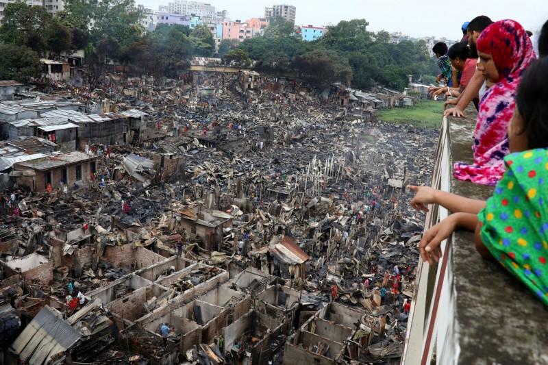 孟加拉首都達卡的一處貧民窟,於當地時間16日發生大火,導致約1萬5000間住宅被燒毀。(路透)