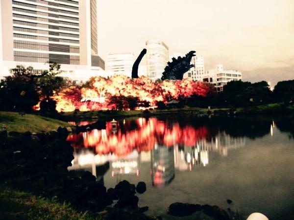 還有網友搞笑,把怪獸哥吉拉的照片PS到紅葉林上面。(圖擷自推特)