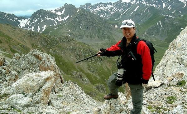 當年發現伊犁鼠兔的研究員李維東,多年來致力於研究伊犁鼠兔,並有緣地在2014年再度發現消失多年的稀有物種。(圖擷取自《每日郵報》)