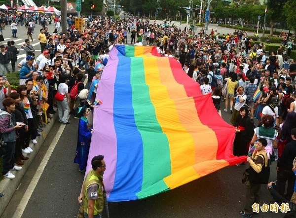 台北市政府表示,29日市府頂樓將升起一面彩虹旗,以實際行動對多元文化表達力挺。(資料照,記者王藝菘攝)