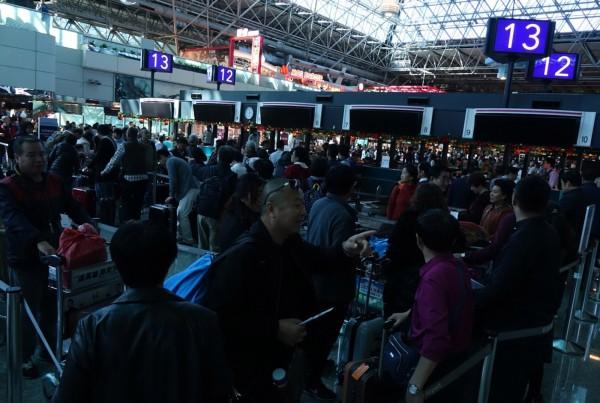 桃園國際機場第二航廈今晚傳出跳電,這並非二航廈第一次跳電,圖為去年12月22日二航廈跳電時的情況。(中央社)