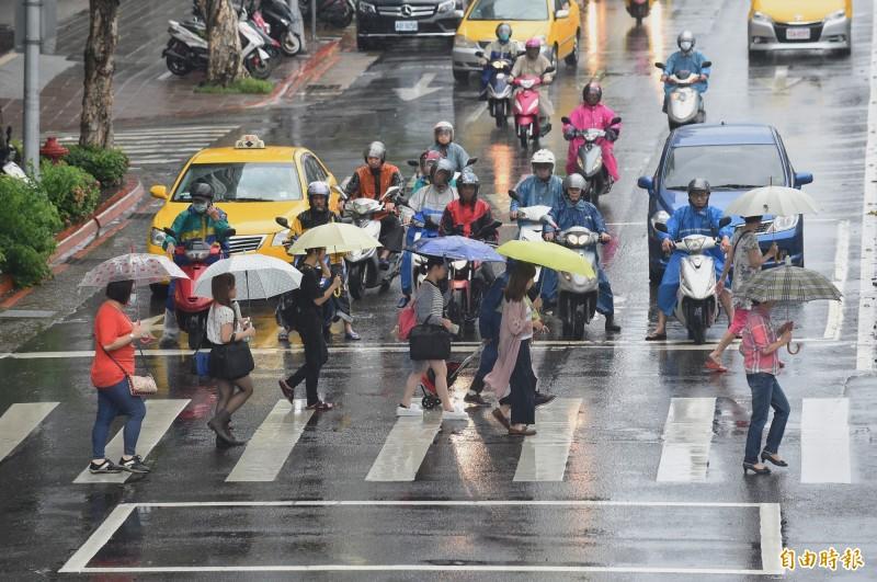 今日北部與東北部為多雲天氣,花蓮、台東及恆春半島仍易有短暫陣雨。(資料照)