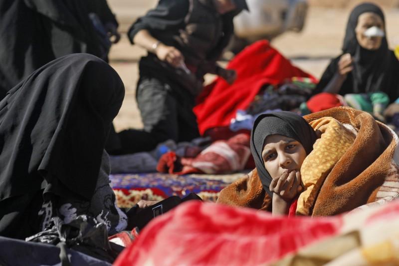 而從開戰前夕開始,每天都有大批難民逃離,其中不乏IS武裝份子的家屬與他們的兒女,目前預估最後的孤城已經沒有其他難民,只剩下IS武裝份子與其家屬;圖為向SDF尋求庇護的難民。(法新社)