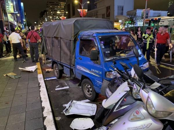 松山區傳嚴重車禍。(記者鄭景議翻攝)