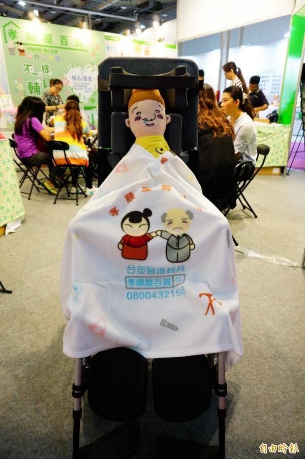 台塑醫護輔具捐贈3000條氣切患者專用保暖V型毯。(記者何宗翰攝)