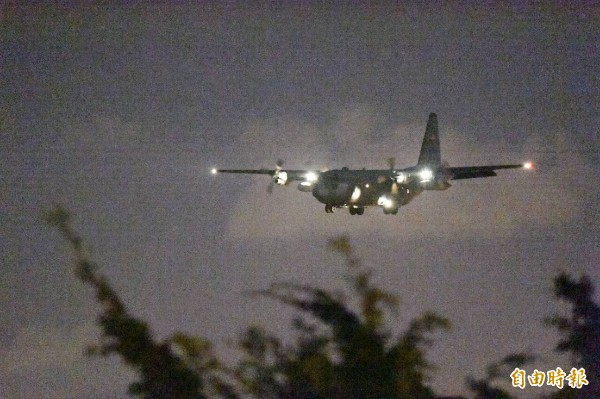美軍C-130運輸機今晚飛抵台南機場進場畫面。(記者張忠義攝)