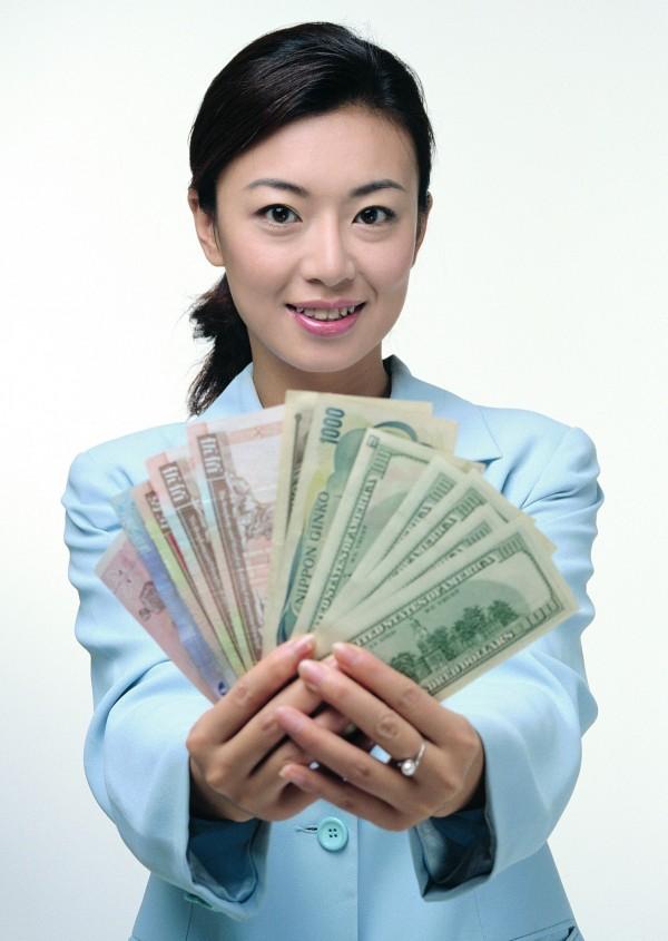 過去由於「男主外,女主內」觀念興盛,許多男人會將賺來的薪水交給老婆管。(情境照,非當事人)