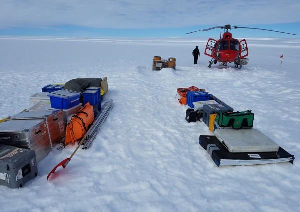 南極的研究團隊今日表示,南極洲的托滕冰川融冰速度可能會比原本預估更加快速,將會對全球海平面上升造成劇烈影響。圖為南極研究團隊在托滕冰川進行研究。(資料照,法新社)