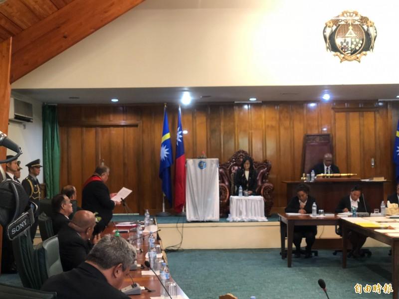 蔡英文總統(右)在諾魯國會發表演說後,諾魯國會通過決議,拒絕一中原則與一國兩制框架,承認台灣是主權獨立國家。左邊起身朗讀者為瓦卡總統。(記者蘇永耀攝)