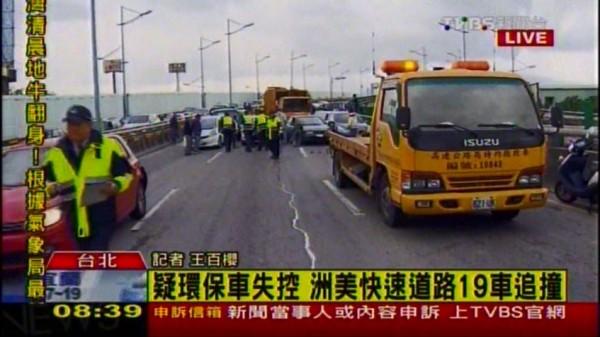 台北市士林區洲美快速道路高架橋往南車道今天早上7點多發生連環車禍,估計約19輛車因此受損,1人受傷送醫。(圖擷取TVBS新聞台)