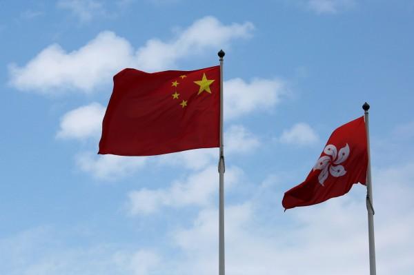 針對中國人大釋法,港媒指出,這大大壓縮本土派的生存空間,港議員更說,這是收回香港部份自治權。(路透)