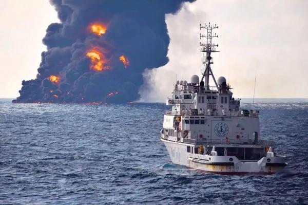 上海海上搜救中心指出,「桑吉號」今日中午12時許,突然發生爆燃,船頭疑似塌陷,船舶向右傾斜約25度,全船劇烈燃燒。(法新社)