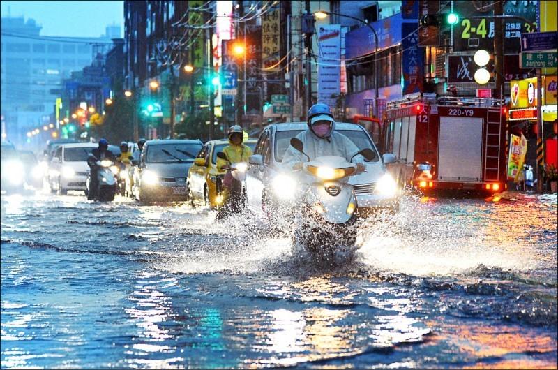 氣候變遷影響大,台灣總體降雨時數逐年下降,短時強降雨卻變多,氣象局研議將增設短時強降雨預警制度。(資料照)