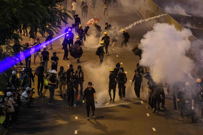 香港警方昨晚拘捕16名示威者,因反送中而被逮捕總人數上看500人。(法新社)
