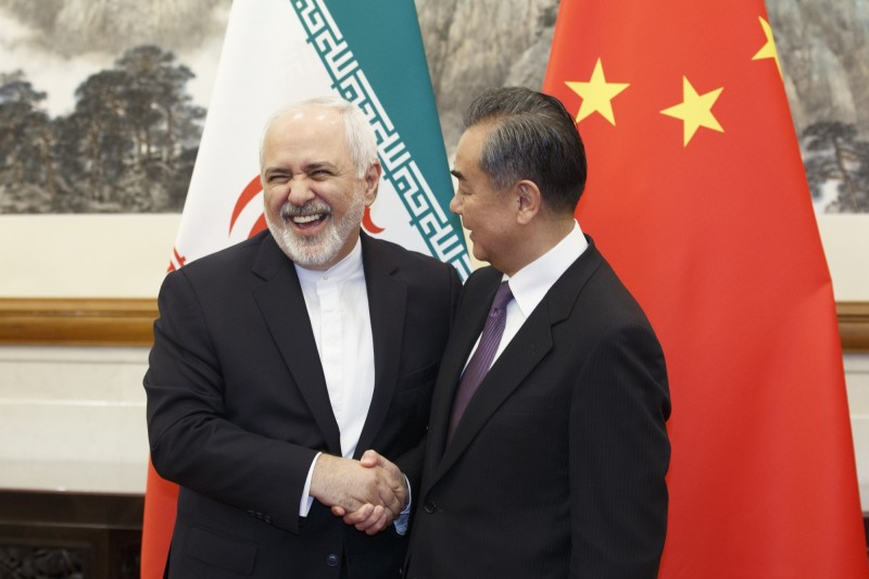 中國外交部部長王毅(右)會晤伊朗外交部部長扎里夫(Mohammad Javad Zarif)(左)。(美聯社)