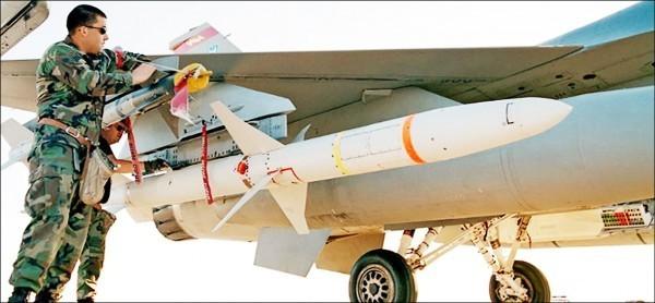 雷神公司獲得新合約,將把台灣的AGM-88高速反輻射飛彈修改成空中訓練飛彈。(圖取自雷神公司網站)