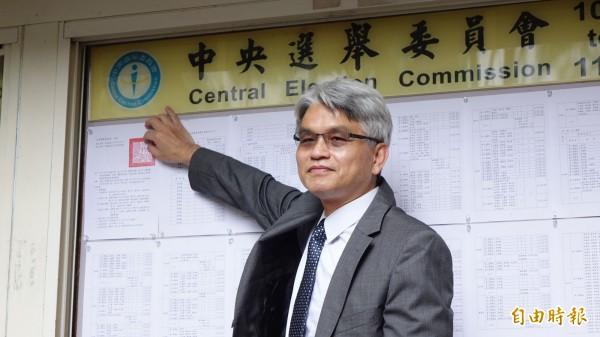 中選會主委陳英鈐張貼選舉公告。(記者叢昌瑾攝)
