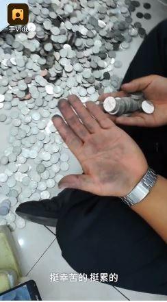 員工表示,數硬幣數到手發黑。(圖擷取自《梨視頻》)