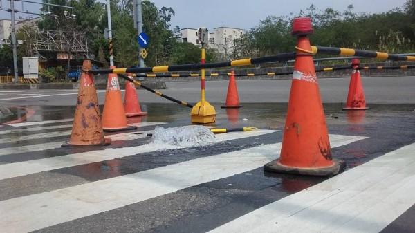 自來水公司回應,指竹科日前進行路平專案時,有將部分自來水支流埋起來,本次漏水因支流被埋而無法關掉開關,若要維修則需關掉區域較大的水源總開關。(圖擷自新竹爆料公社)