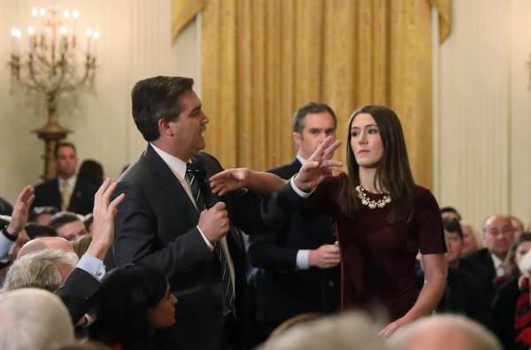《CNN》記者阿科斯達想要繼續向川普發問,白宮一名年輕的女實習生試圖搶走她的麥克風,雙方發生短暫的肢體接觸。(路透資料照)