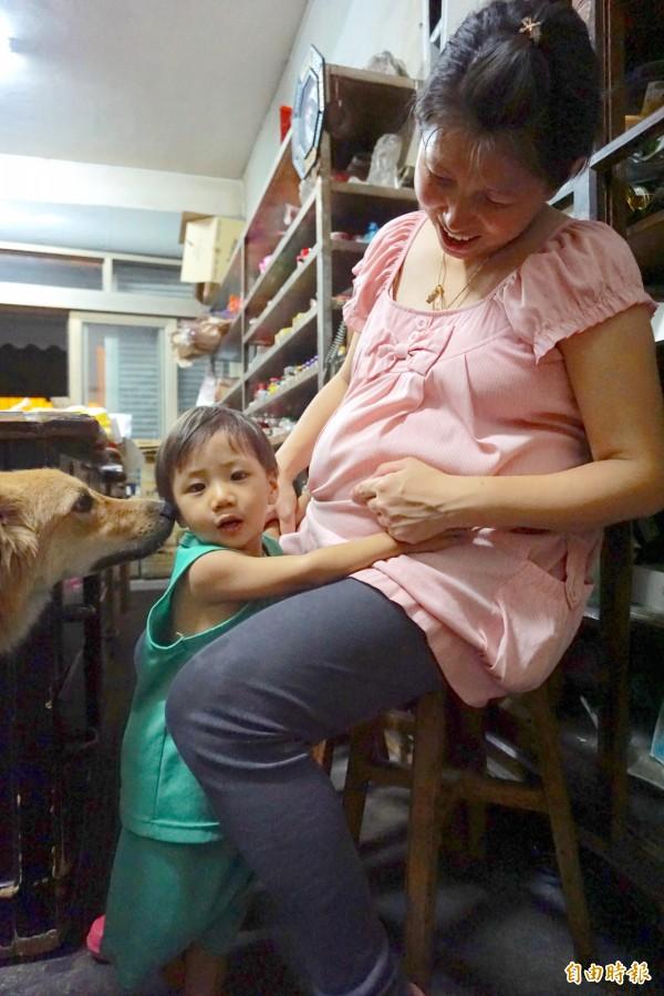 江孟芬懷著第8個小孩,2歲兒子小7常親吻她的肚子期待妹妹出生。(記者蔡淑媛攝)