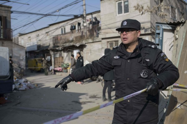 中國山東1名男子跳樓身亡,警方隨後在男子家中發現另外5具遺體。中國警察示意圖。(法新社)