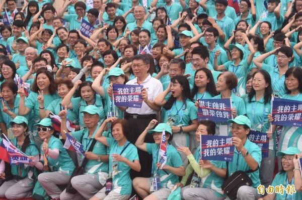 台北市政府前廣場擠滿人潮,迎接「台灣英雄」,柯文哲與志工團隊合照。(記者簡榮豐攝)