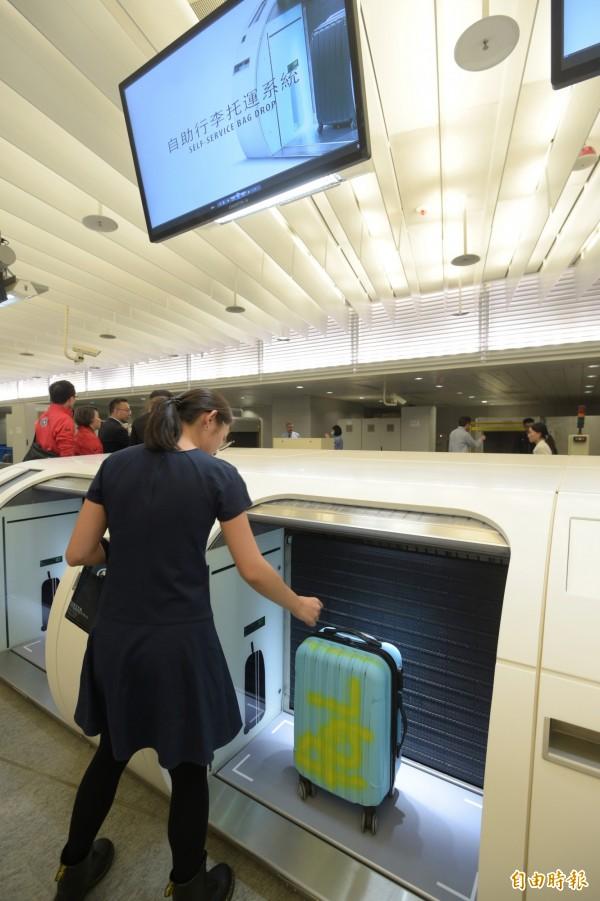 桃園機場捷運自助行李托運系統,也已測試完成。(資料照,記者張嘉明攝)