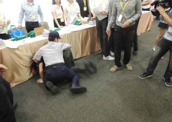 交通部運輸產業論壇在台大集思會議中心舉行,4名勞團學生趁隙衝入會場報到處,並與警方發生肢體衝突,最後寡不敵眾被拉出場外。(記者黃立翔攝)