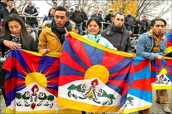 西藏「雪山獅子旗」示意圖。(歐新社檔案照)