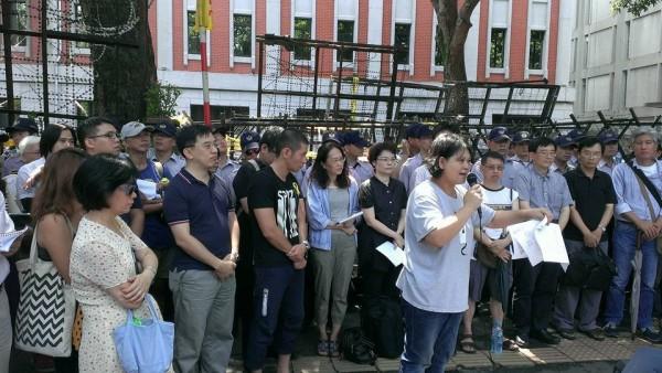 樹黨於今日上午舉辦記者會,聲援學生佔領教育部之行動,痛批「這不是官逼民反,什麼才是官逼民反?」(圖截取自樹黨臉書)