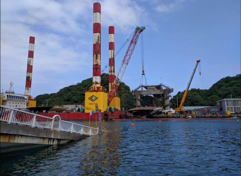 南方澳斷橋第2塊橋面版今天完成切割,重達80噸。(記者江志雄翻攝)