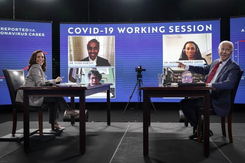 民主黨總統參選人拜登(右)、副手賀錦麗(左)與公衛專家進行線上會議,呼籲全美民眾戴口罩。(法新社)