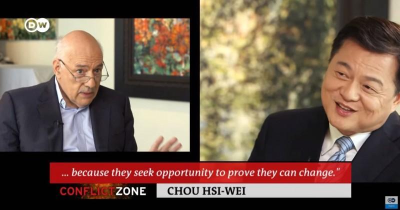 周錫瑋近日接受《德國之聲》訪問時表示,要用「對話和愛」解決兩岸問題,主持人說,中國在言語、軍事上都威脅著台灣,就像「在你頭上高懸利劍」,周錫瑋則是回應「那是你的印象」,「只要你不支持從中國分離(台獨),中國人不會那樣對你」。(擷取自YouTube「DW News」)