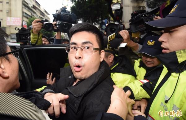 新黨青年委員會召集人王炳忠疑涉犯「國家安全法」,被檢調帶離住所約談。王炳忠上車前不斷高喊「白色恐怖」。(記者羅沛德攝)