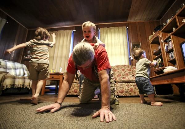 英國格拉斯哥大學(University of Glasgow)研究發現,小孩由阿公阿嬤、外公外婆等上一輩帶大,可能對兒童的健康有不利的影響。(美聯社)