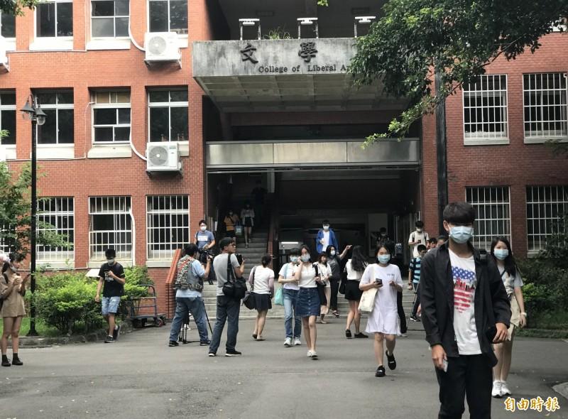 109學年度大學入學指定科目考試今日結束。(記者蔡思培攝)